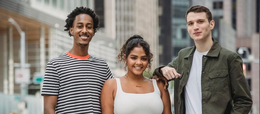Trois jeunes souriants