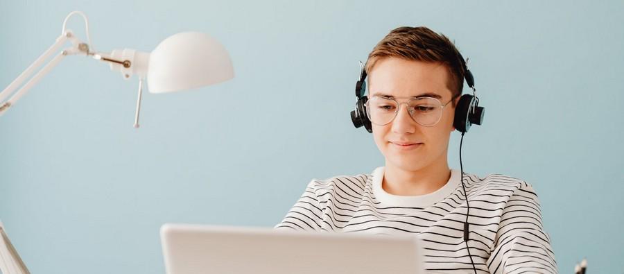 Adolescent travaillant sur ordinateur