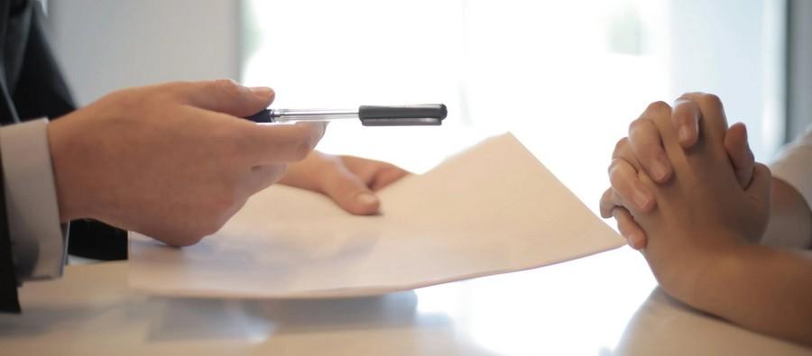Deux personne qui s'apprêtent à signer un contrat