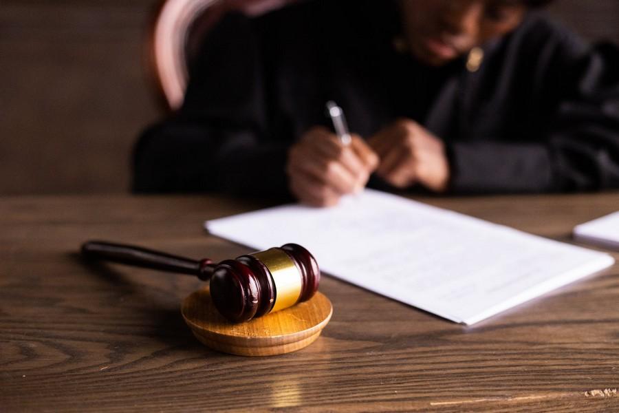Juge qui signe un document
