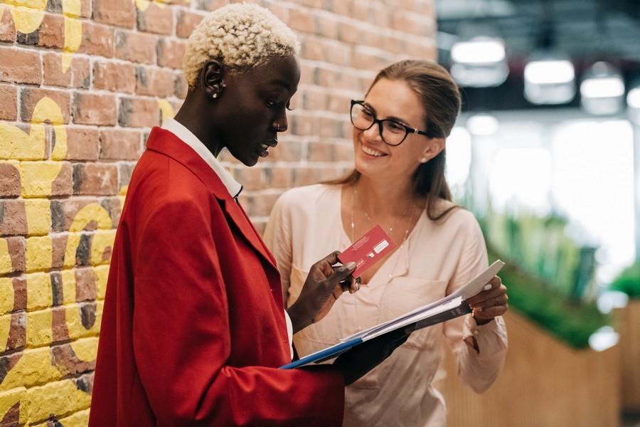 Commercial et client en discussion